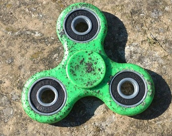 Green Plastic Fidget Spinner with a Custom Design Black Specs Cheap Fidget Spinner Finger Spinner Free Shipping Worldwide High Steel Bearing