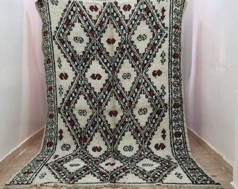 A fantastic old Beni ouarain rug with pretty patterns (2.60/1.70m) (102,3 inches X 67 inches) (8,5 feet X 5,5 feet)