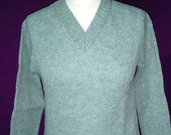 Vintage ladies new oldstock 1982 green Pitlochry knitwear of Scotland 100% pure new wool v neck sweater size 34