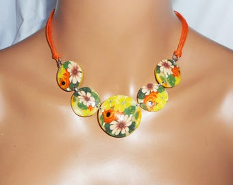 Necklace orange flower cabochons in clay on waxed cotton cord