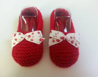 Small 0-3 months, accented with a coordinated bow - red toes slippers
