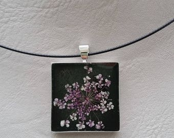 Choker + resin and dried flower in violet/white square pendant