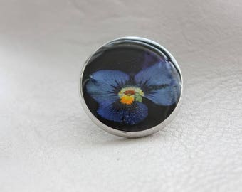 Round pine 2.5 cm silver metal, resin and dried flower Pansy blue