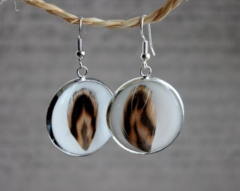 Round earrings 2.5 cm in resin and feathers