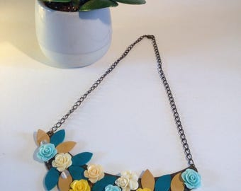 Leaf necklace with romantic spirit blue and yellow leather