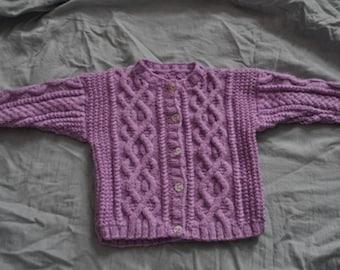 Veste 6 mois irlandaise violette tricotée main