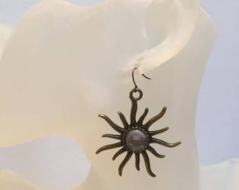 Earrings cabochon shaped white sun