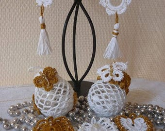 Christmas decoration: recycled bulbs and bronze/gold and white hearts