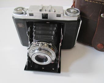 Camera Zeiss Ikon Ikonta vintage, folding camera, Carl Zeiss lens, old camera with leather case, vintage photography