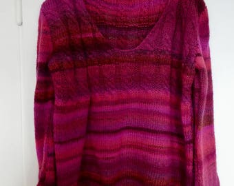 Sweater in Farbenmix in exhibited form