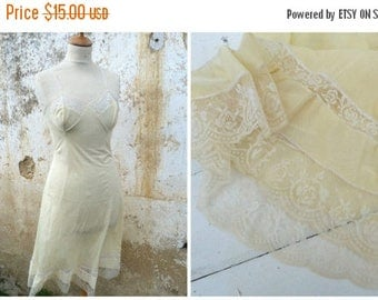 ON SALE Vintage 1950/1960 soft yellow slip with lace pin up lingerie size S