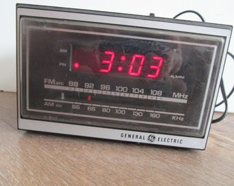 General Electric clock radio, AM FM radio, alarm clock, vintage GE radio alarm clock, working