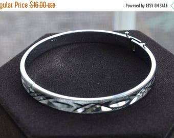 On sale Pretty Vintage Silver tone Diamond Cut Bangle Bracelet (AG1)
