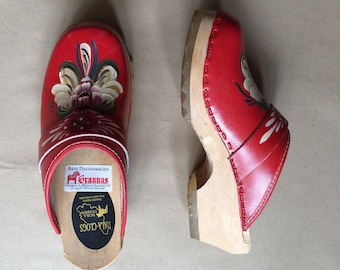 SALE! vintage 80's 1980's red leather clogs / wooden heel / hand painted embellishment / Made in Sweden / Euro 35 / US 5 Dala-Clogs / retro