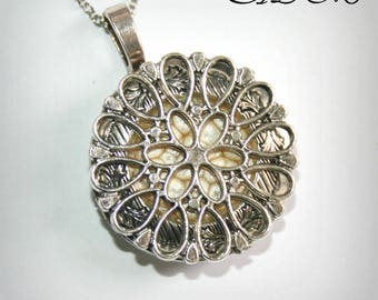 Locket necklace with flower and gold background (p)