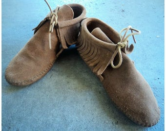 Vintage 90s Minnetonka Fringe Moccasins Hippie Boots Brown Suede Leather Moccasin Shoes 1990s Soft Sole Sz. 7