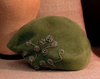 Vintage Wool Felt Hat / Fascinator with Beads / 1930's Green Velvet Cloche Hat / Green Velvet Scull Hat / England