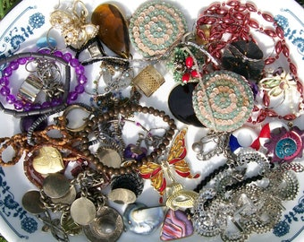 BROKEN JEWELRY LOT 12 oz Broken Jewelry Components Beads Findings Destash Craft Mixed Media Upcycle Collage .1a