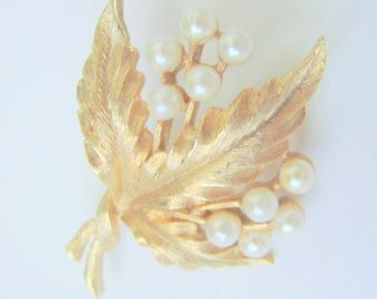 Vintage Retro JJ Jonette Simulated Pearl Floral Gold Tone Brooch / Designer Signed / 1960s 1970s Jewelry / Jewellery