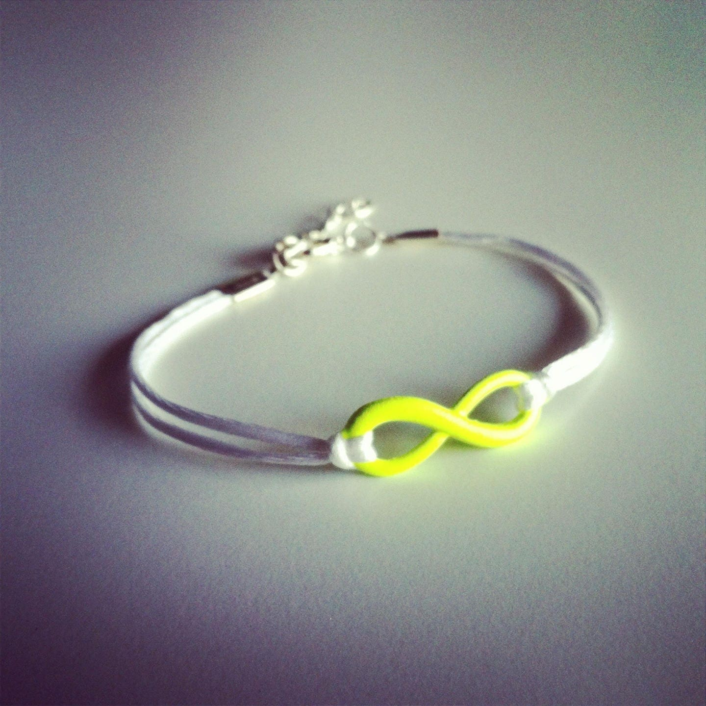 bracelet cordon blanc avec signe infini jaune fluo. Black Bedroom Furniture Sets. Home Design Ideas