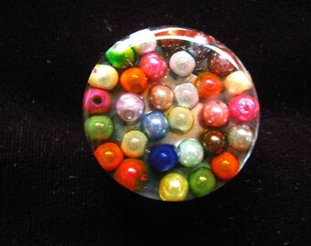 RING pop with multicolored resin beads