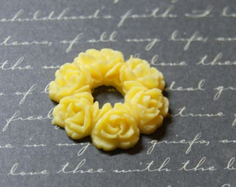 Large ornament wreath yellow resin 29mm