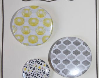 3 badges yellow and gray (PB 01)