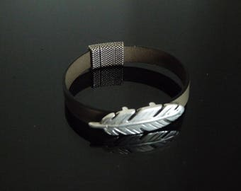 BRACELET quality leather (dark taupe) with a silver feather and magnetic clasp