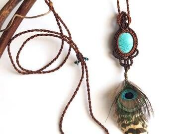 Macrame necklace Tibetan Turquoize , cruelty free peacock feathers - Collier macrame turquoise du Tibet, plumes de paon sans cruauté