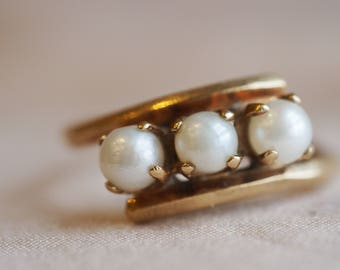 Gorgeous, super-unique vintage 10K yellow gold Pearl-trio bypass ring