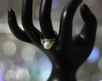 Faux Pearl Ring Size: 5 1/2