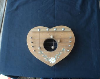 Vintage Wooden Heart Shaped Door Harp  With White Daisy  1944