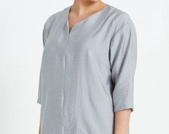Washed Silk Top with Curved Hem in Grey Spot