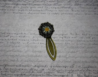 Bookmark round resin and dried Daisy flower