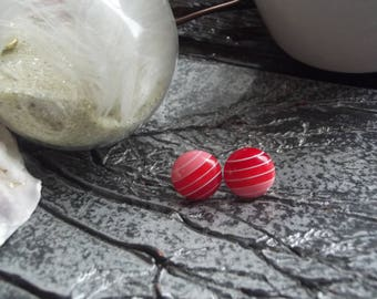 Small Stud Earrings with round cabochon in acrylic with red stripes on a metal support