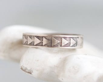 Wedding Band Ring- Sterling Silver Triangles - Ring Size 6.5 - Vintage Geomwtric Jewelry