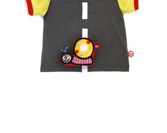 BEEETÚ Baby T-shirt with snail toy on the way