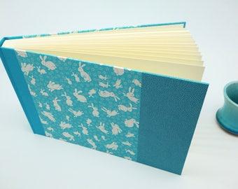 Album photo bébé naissance en papier japonais, lapin bleu turquoise - baptême, grossesse - idée cadeau bébé garçon ou mixte, personnalisable