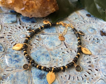 Bohemian treasures anklet - Black anklet with goldtone and dark grey faceted charms