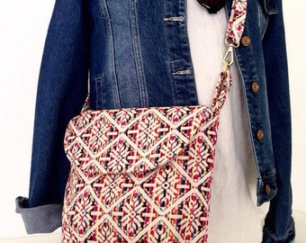 Crossbody/ Messenger Shoulder Handbag with adjustable strap and 2 slip pockets.