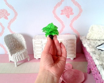 Miniature coleus plant in 1:6 scale. Hand painted green fairy planter. Miniature decor for doll rooms, diorama, dollhouse tiny garden.