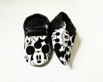 Monochrome mouse shoes