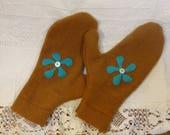 Moufles cousus en lainage et angora couleur marron et décoration turquoise. T 7.