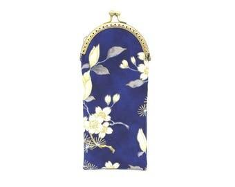 Etui à lunettes en coton bleu à fleurs de cerisier et tulipes blanches, à fermoir métallique bronze