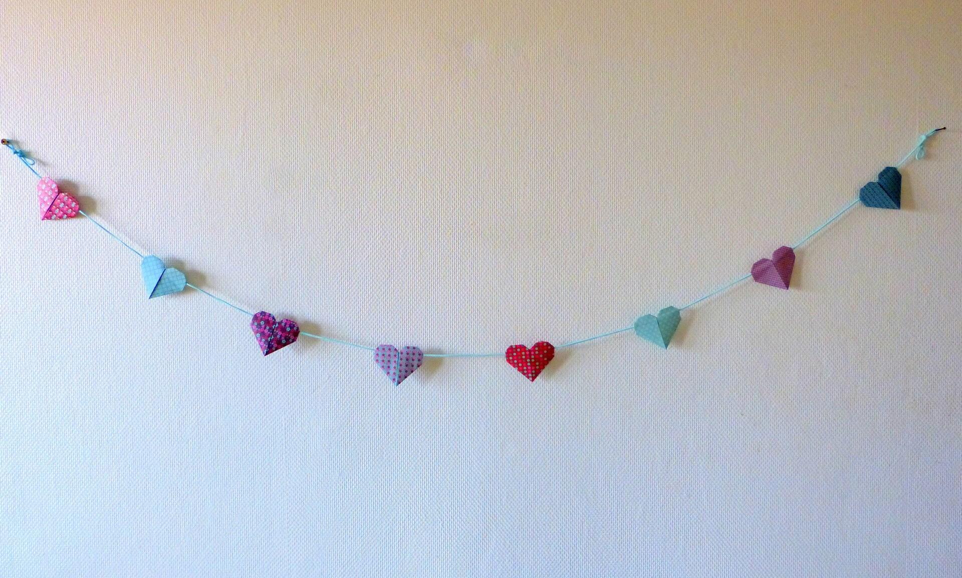 Guirlande Coeurs en origami décoration murale chambre bébé