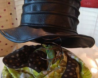 Rain hat in black faux leather with pleats.