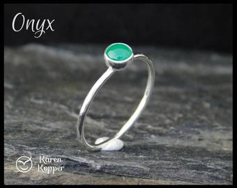 Green onyx skinny ring, sterling silver 0.925, 5mm cabochon, 1.2 mm wide ring, made at your size. Skinny ring, thin ring, stacking ring.