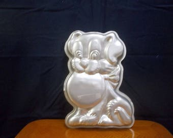 1978 Wilton Dog Cake pan number 502-7636 in good condition and very usable. Great for any collector or cake maker.
