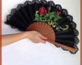 Abanico negro encaje rosas rojas pintadas, abanico español madrina, regalo compromiso, abanico pintado a mano modelo exclusivo, abanicos.