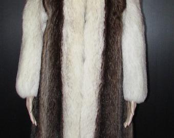 Vintage manteau de fourrure de chat sauvage  garni de renard blanc/ Vintage beautiful natural raccoon/white fox trim fur coat